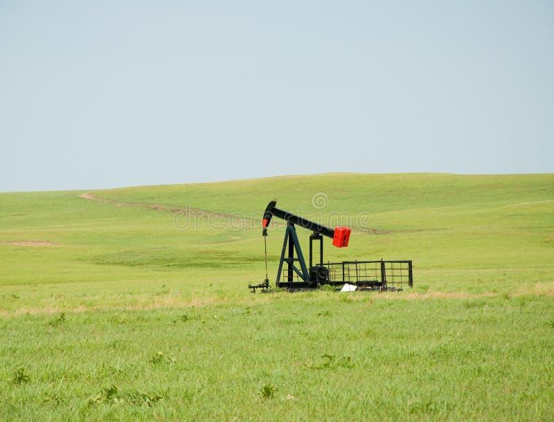 Bomba de petróleo en pradera abierta de par en par imagen de archivo