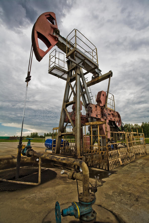 Bomba de petróleo no campo imagem de stock royalty free