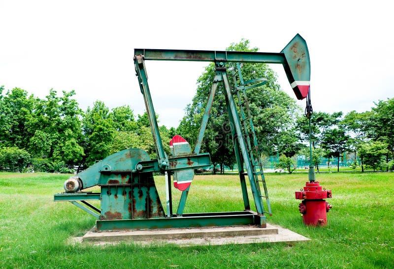 Bomba de petróleo oxidada velha foto de stock