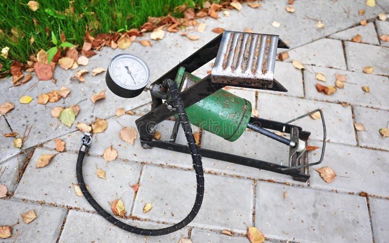 Bomba del coche El compresor automático del coche le ayudará a bombear el aire no sólo en las ruedas de su coche, pero también a  imágenes de archivo libres de regalías