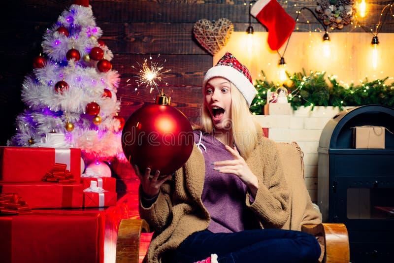 Bomba del control de la mujer de la Navidad Auge creativo Emociones de la bomba Amistoso y alegr?a Emociones del regalo Muchacha  fotografía de archivo
