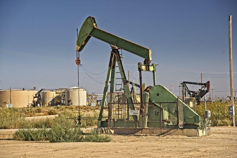 A bomba do ` do óleo levanta o óleo de bombeamento do ` fotografia de stock