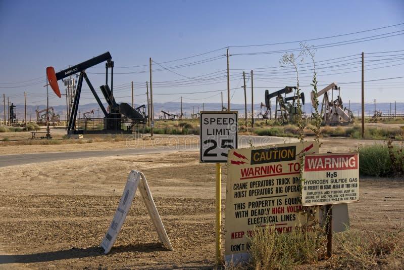A bomba do ` do óleo levanta o óleo de bombeamento do ` imagem de stock