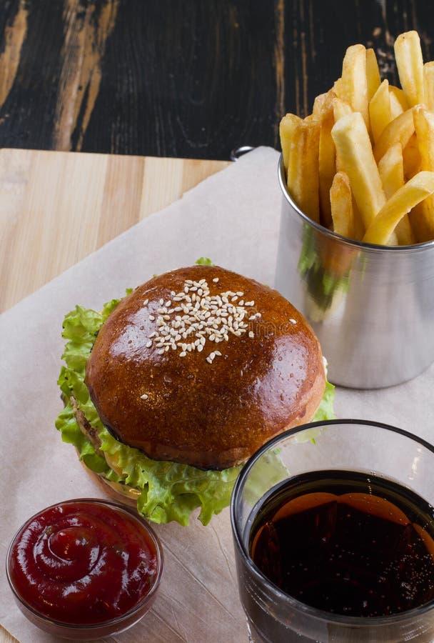 Bomba do colesterol, fast food no tabletop de madeira foto de stock