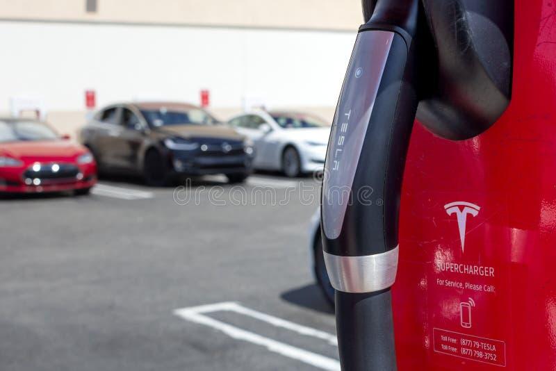 Bomba e veículos da estação de carregamento de Tesla foto de stock