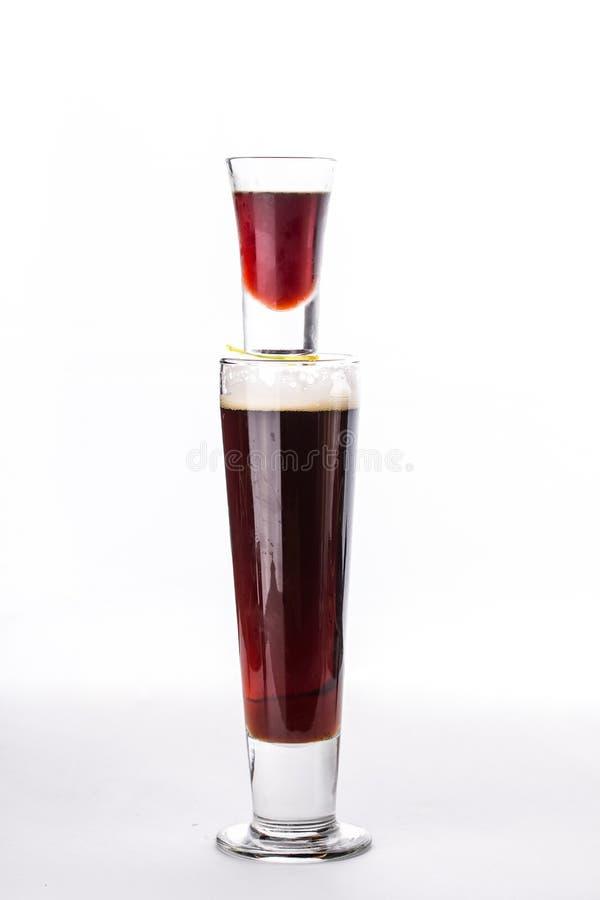 Bomba fuerte del jager del cóctel del alcohol dos vidrios del licor y cerveza aislados en el fondo blanco imagenes de archivo