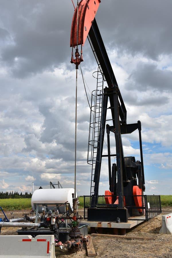Bomba Jack do poço de petróleo imagem de stock