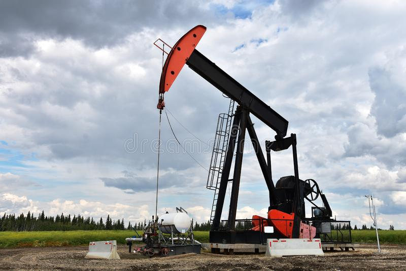 Bomba Jack do poço de petróleo fotos de stock