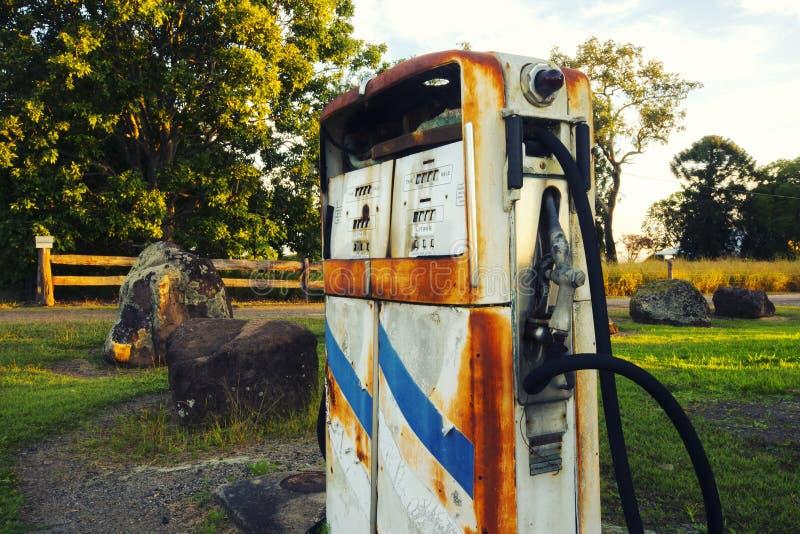 Bomba rústica vieja en una estación abandonada del combustible imagen de archivo libre de regalías