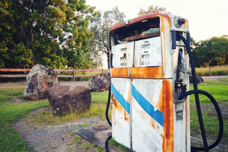 Bomba rústica vieja en una estación abandonada del combustible foto de archivo libre de regalías