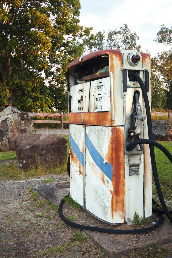Bomba rústica vieja en una estación abandonada del combustible imagenes de archivo