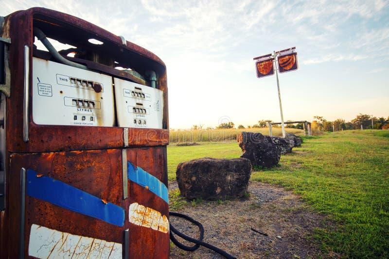 Bomba rústica vieja en una estación abandonada del combustible fotos de archivo
