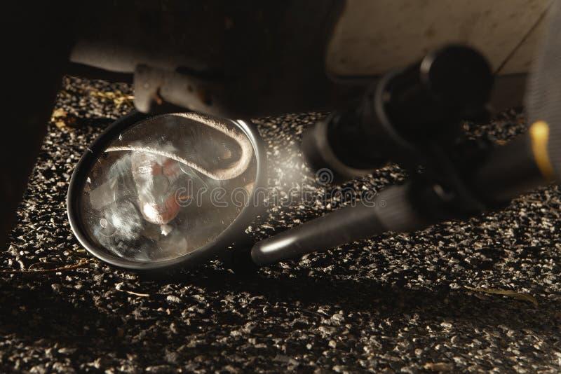 Bomba trovata sotto l'automobile fotografia stock