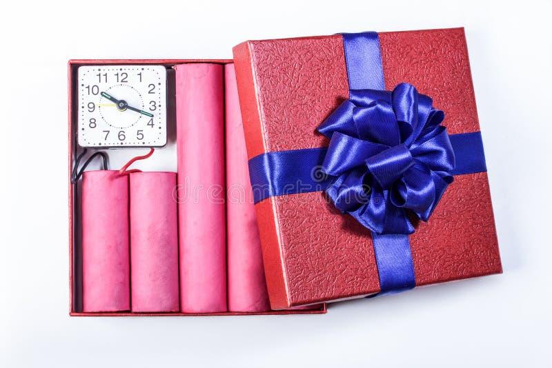 Bombardee los palillos de la dinamita, en una caja de regalo con una cinta azul con c foto de archivo libre de regalías