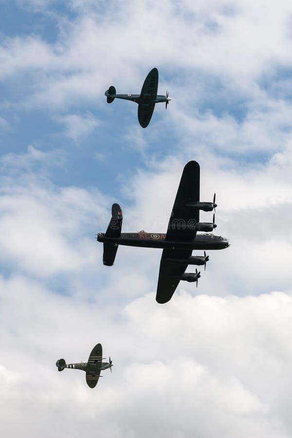 Bombardeiro de Avro Lancaster do voo de Royal Air Force RAF Battle Of Britain Memorial na formação com duas cabeças-quente foto de stock