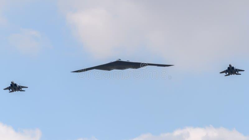 Bombardeiro do discrição B2 na formação com dois aviões F-15 imagem de stock