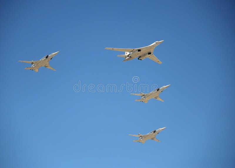 Bombardeiros estratégicos supersônicos do ` branco da cisne do ` de longo alcance da aviação Tu-160 Ensaio de parada em honra do  foto de stock royalty free