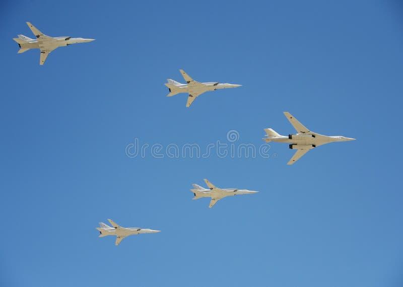 Bombardeiros estratégicos supersônicos do ` branco da cisne do ` de longo alcance da aviação Tu-160 Ensaio de parada em honra do  imagens de stock