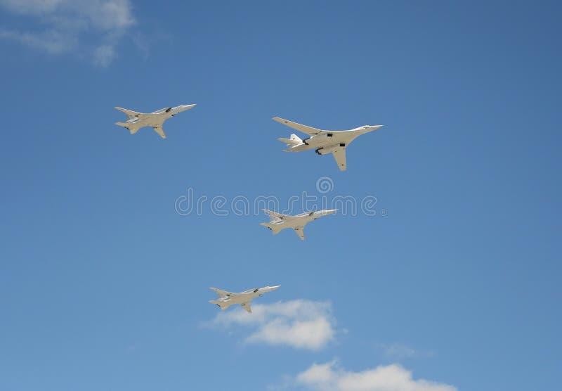 Bombardeiros estratégicos supersônicos do ` branco da cisne do ` de longo alcance da aviação Tu-160 Ensaio de parada em honra do  fotografia de stock