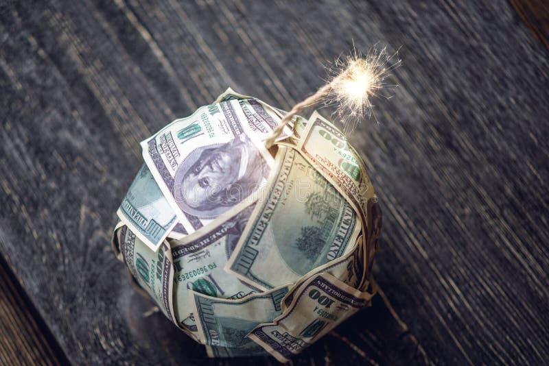 Bombardera av pengar, hundra-dollar r?kningar med en brinnande s?kring Explosion av investeringmarknader fallande finansiell hast fotografering för bildbyråer
