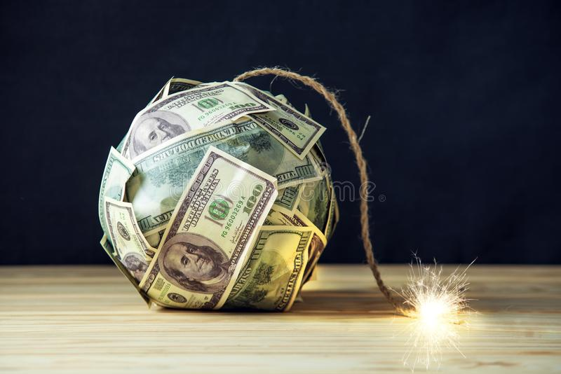 Bombardera av pengar hundra dollarräkningar med en brinnande filt Liten tid för explosionen finansiell begreppskris arkivfoton