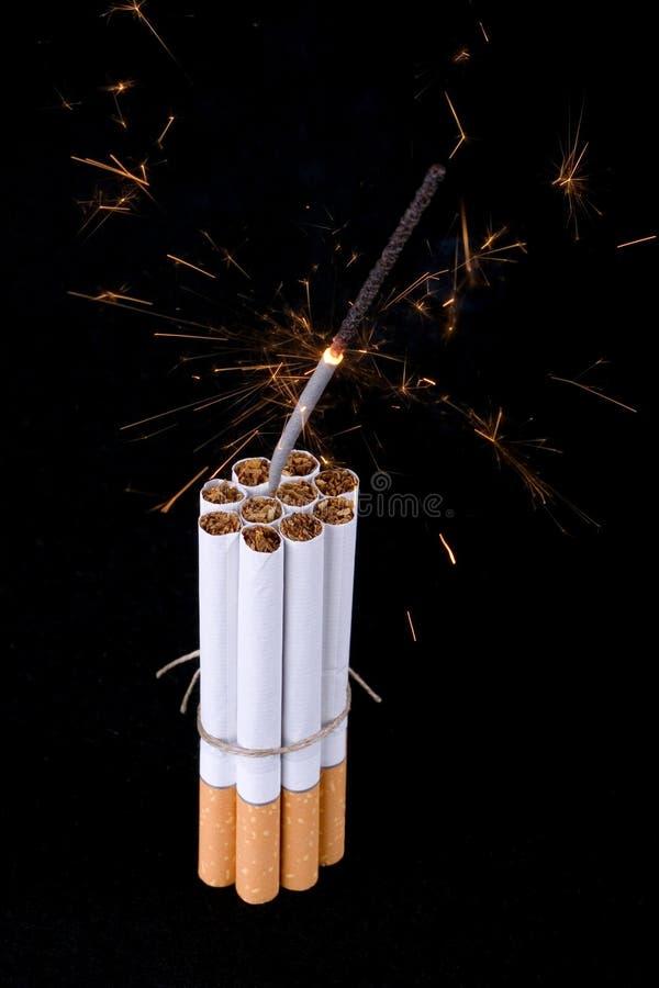 bombardera cigarettsäkringskortslutningen royaltyfri bild