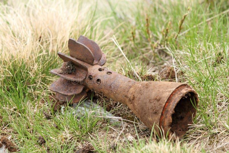Bombardera skalfallet som lämnas i fältet arkivbilder
