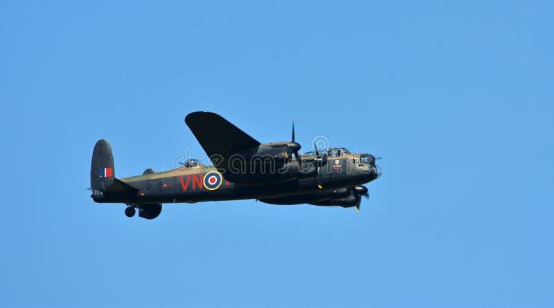 Bombardero de la guerra mundial de Avro Lancaster 2 en vuelo fotos de archivo libres de regalías
