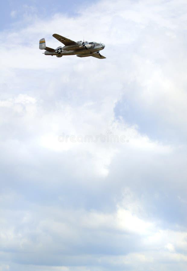 Bombardero en el cielo - copie el espacio imágenes de archivo libres de regalías