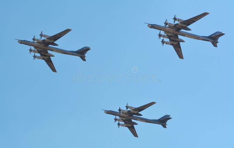 Bombarderos de combatiente rusos de los aviones militares y de los helicópteros en vuelo foto de archivo libre de regalías