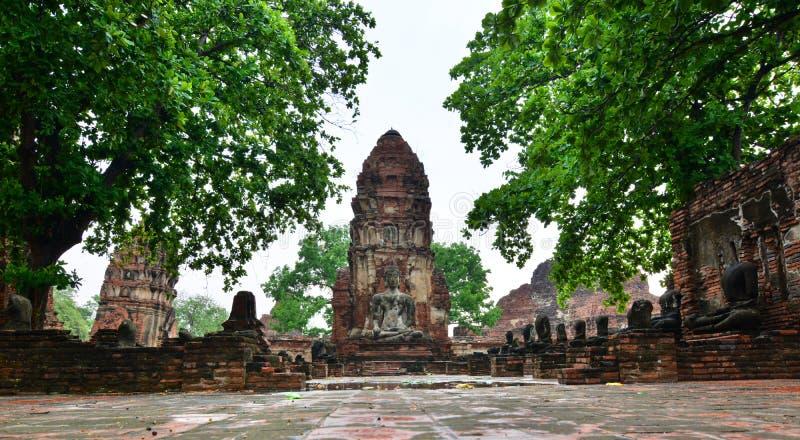 Bombardi e statua di Buddha Wat Mahathat Ayutthaya thailand fotografia stock