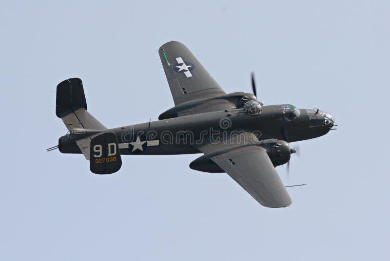 Bombardier B-25 en vol photos libres de droits