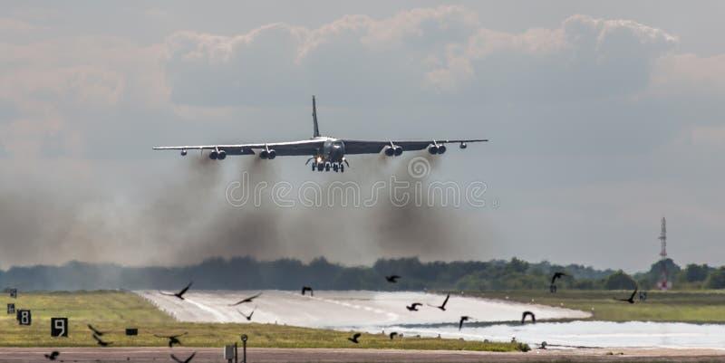 Bombardier B52 au-dessus de piste photo stock