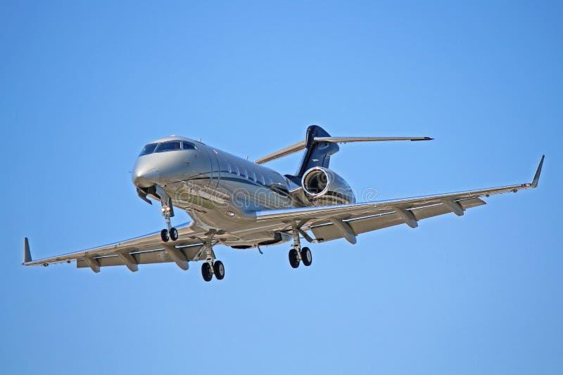 Bombardier Challenger 300 op Definitieve Benadering stock foto's