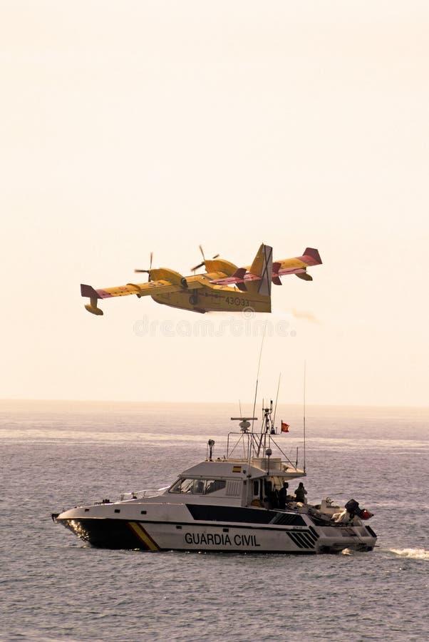 Bombardier de feu et bateau de police, Espagne. photos libres de droits