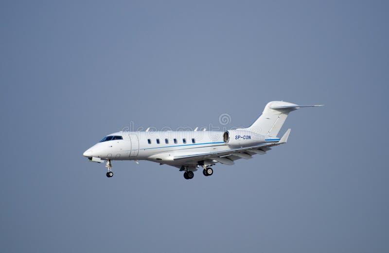 Bombardier Eiser 300 vliegtuig die aan ben-Gurion aankomen royalty-vrije stock foto