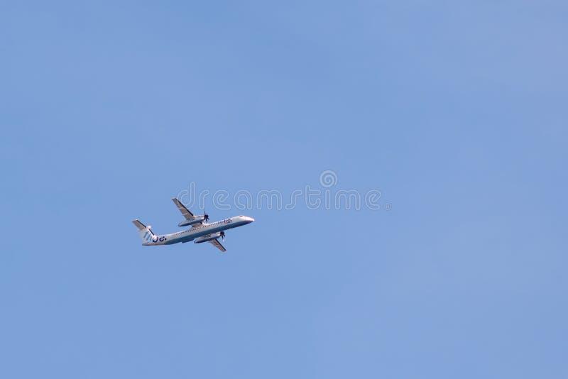 Bombardier Streepje 8 Q400 van flybeluchtvaartlijn tijdens de vlucht stock foto