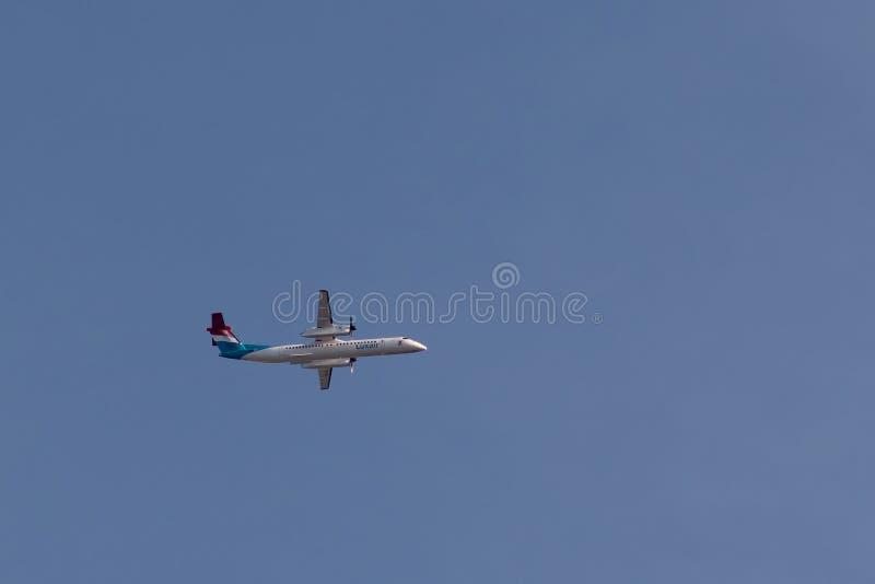 Bombardier Streepje 8 Q400 van Luxair tijdens de vlucht stock fotografie