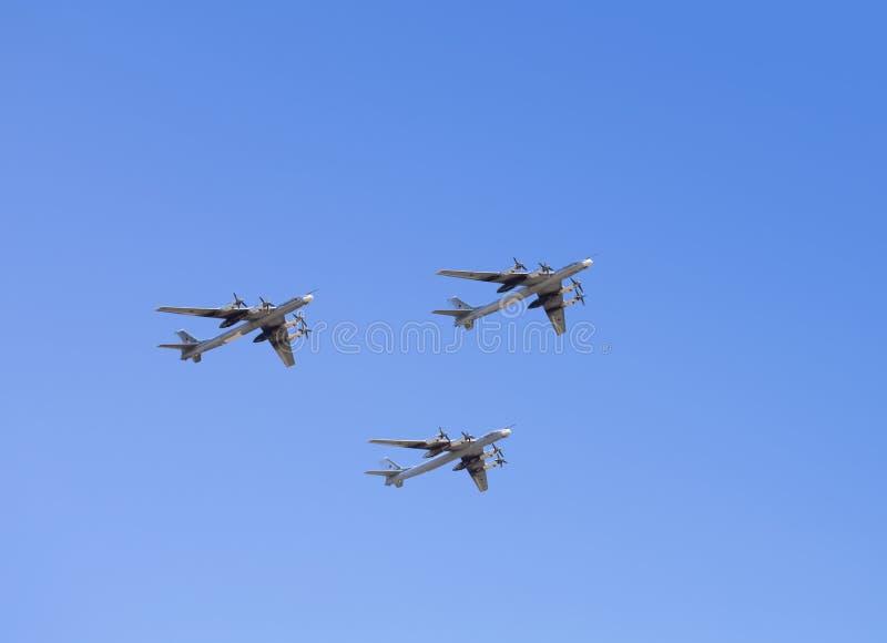 Bombardiers stratégiques TU 95 de Russe en vol images stock