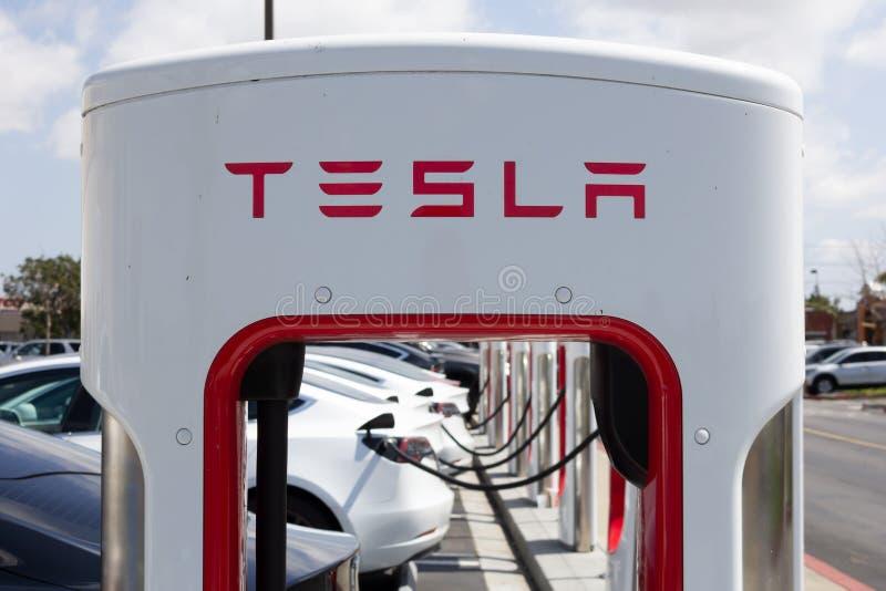 Bombas da estação de carregamento de Tesla foto de stock