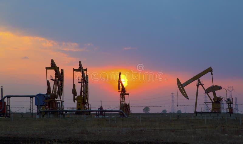 Bombas de óleo. Equipamento da indústria petroleira. foto de stock
