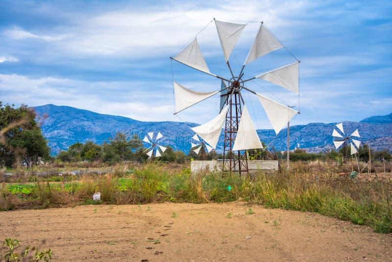 Bombas de agua conducidas por el viento en la meseta Lasithi de la montaña en el interior de la isla de Creta fotos de archivo libres de regalías