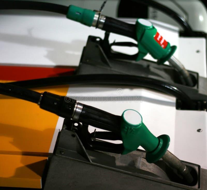 Bombas de gás em um posto de gasolina fotografia de stock