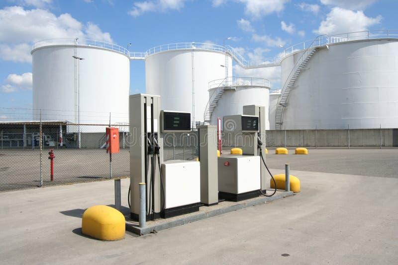 Bombas de gasolina e silos do petróleo fotos de stock