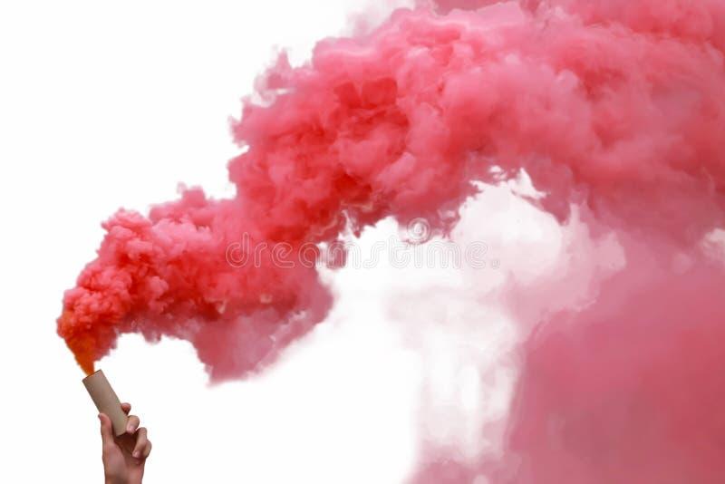 Bombas de humo con humo rojo fotos de archivo libres de regalías