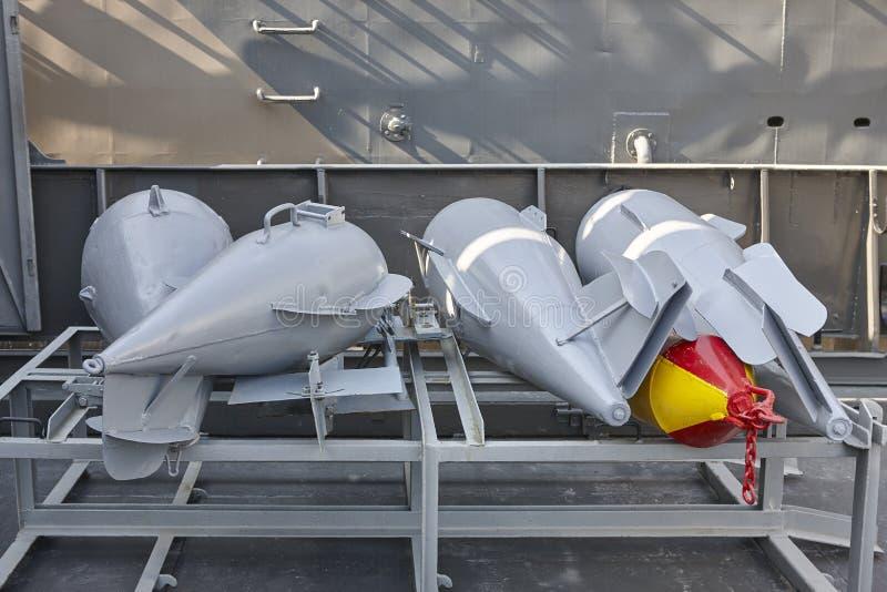 Bombas de profundidades en un buque del destructor Equipo viejo del ejército fotos de archivo libres de regalías