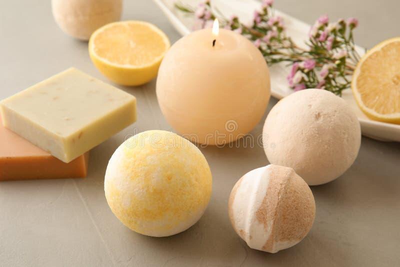 Bombas del baño, barras del jabón y vela perfumada imagen de archivo libre de regalías