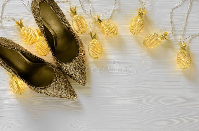 Bombas macizas del brillo del oro para mujer Zapatos para casarse, la Navidad, fotos de archivo libres de regalías