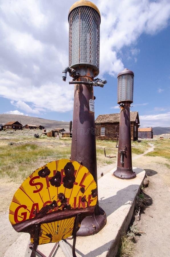 Bombas viejas de la gasolinera de Bodie, California Shell en el pueblo fantasma de Bodie State Historical Park, un área en un est fotografía de archivo