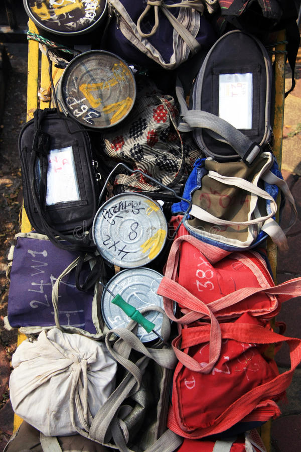 Bombay/la India - 24/11/14 - colección de Tiffins con el almuerzo caliente se preparó por las esposas de trabajadores locales en  foto de archivo